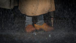 Klompen in de regen